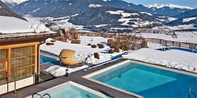 这家阿尔卑斯山上的酒店,获得双料大奖,竟还有个全景悬空泳池
